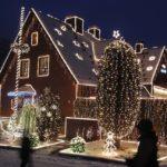 Новогодние фасады: идеи как украсить дом к празднику