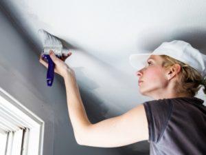 окрашивание потолка водоэмульсионной краской