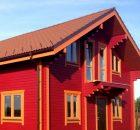 окрашенный фасад деревянного дома