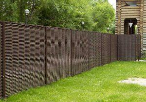 забор около загородного дома