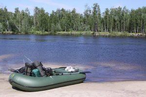 надувная лодка на реке
