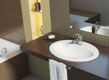 раковина в столешнице в ванной комнате